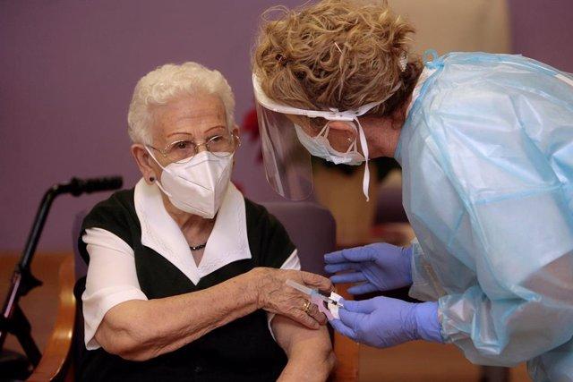 Archivo - Araceli, de 96 años, primera persona vacunada contra el COVID-19 en España, el primer día de vacunación, en la residencia de mayores Los Olmos de Guadalajara, en Castilla La-Mancha (España), a 27 de diciembre de 2020. Las primeras dosis de la va