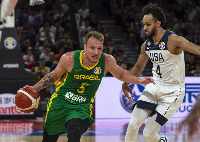 Archivo - 09 September 2019, China, Shenzen: USA's Derrick White (R) and Brazil's Rafa Luz in action during the 2019 FIBA Basketball World Cup basketball match between USA and Brazil at Shenzhen Bay Sports Center. Photo: Jayne Russell/ZUMA Wire/dpa