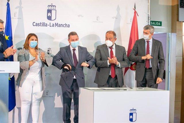 El presidente de Castilla-La Mancha, Emiliano García-Page, firma tres protocolos de colaboración con el rector de la Universidad de Castilla-La Mancha, Julián Garde, y la alcaldesa de Talavera, Tita García Élez.