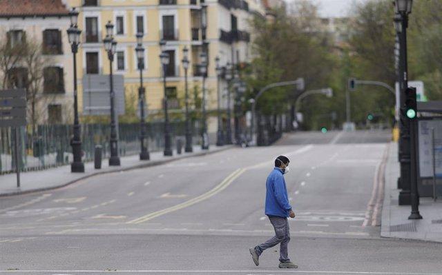 Archivo - Un hombre pasea por la calle Bailén completamente vacía en el día 33 del estado de alarma, en Madrid (España), a 16 de abril de 2020.