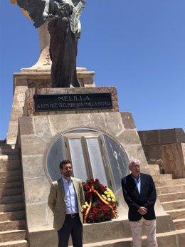 Casado acude al exterior del panteón a los héroes de Melilla tras la negativa de Defensa de acceder a su interior