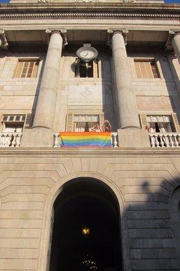 Archivo - Arxiu - Bandera LGTBI a l'Ajuntament de Barcelona