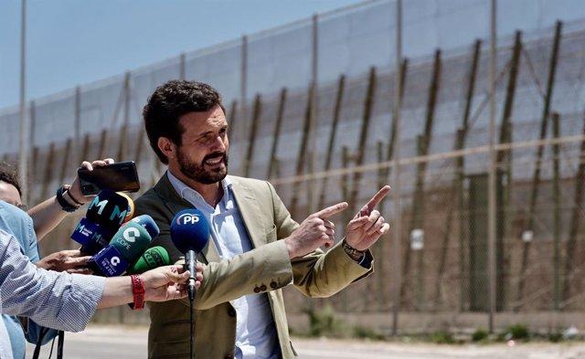 El líder del PP, Pablo Casado, al costat de la tanca de Melilla
