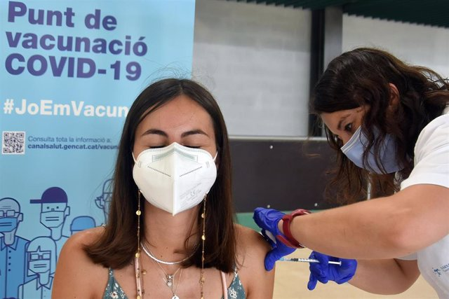 11 July 2021, Spain, Calafell: A nurse administers the first dose of Pfizer-BioNTech COVID-19 Vaccine to a woman at the Calafell Vaccination Center. Photo: Ramon Costa/SOPA Images via ZUMA Wire/dpa