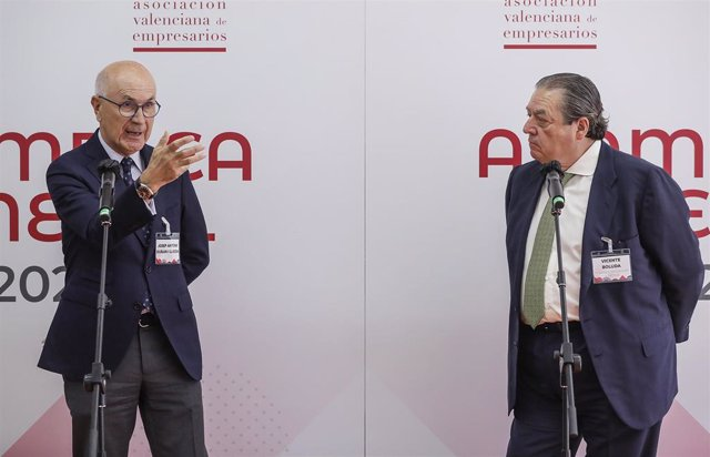 El exportavoz de CiU en el Congreso y exlíder de Unió Democràtica, Josep Antoni Duran i Lleida (i) y el presidente de AVE, Vicente Boluda (d), intervienen en la Asamblea General de la Asociación Valenciana de Empresarios (AVE) 2021.