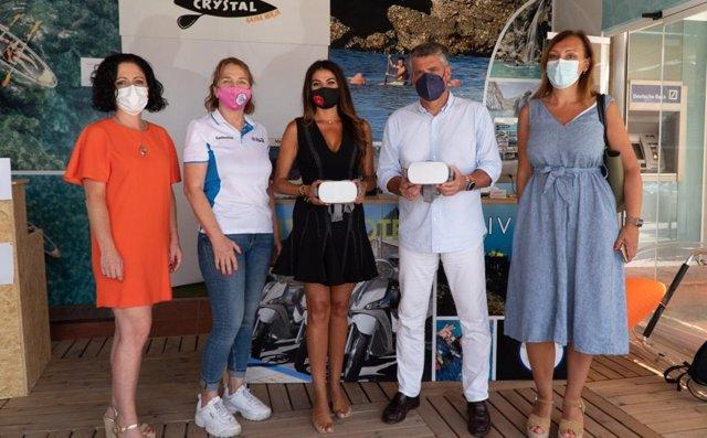 La delegada territorial de Turismo de la Junta en Málaga, Nuria Rodríguez, ha visitado este miércoles en la localidad malagueña de Nerja una empresa dedicada a ofrecer experiencias de buceo
