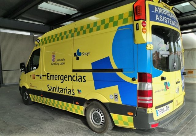 Archivo - Imagen de archivo de una ambulancia soporte vital básico de Castilla y León.