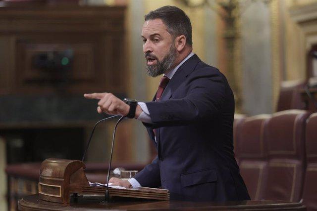 El líder de Vox, Santiago Abascal, interviene en una sesión de control al Gobierno en el Congreso de los Diputados, a 30 de junio de 2021, en Madrid, (España). Este pleno, que se produce pocas horas después del encuentro que el presidente del Gobierno ha