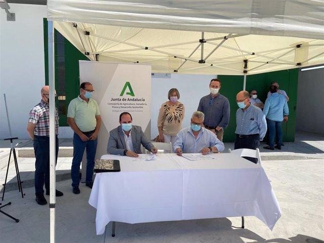 Responsables de la Junta de Andalucía y de la Diputación de Córdoba durante la firma.