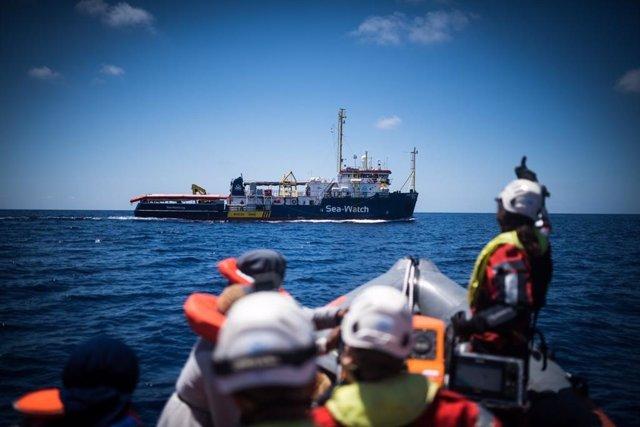 Archivo - Rescate de migrantes por parte del barco de la ONG Sea Watch