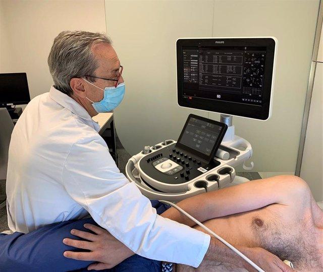 El doctor Manuel Anguita realiza un ecocardiograma a un paciente.