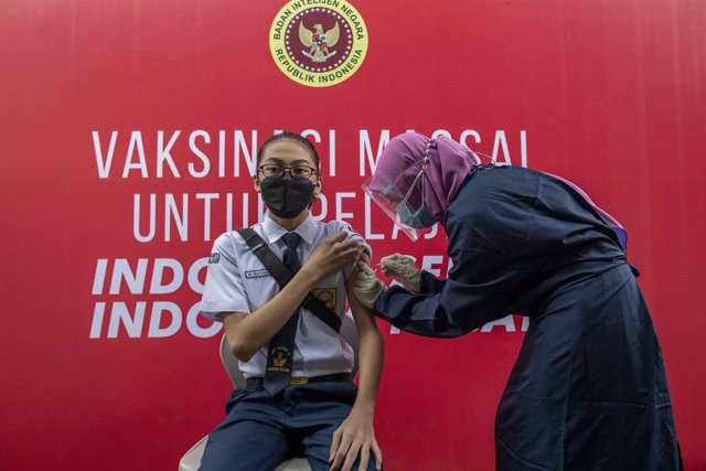 14 July 2021, Indonesia, Tangerang: A healthcare worker injects a child with a dose of a coronavirs vaccine during a mass vaccination campaign for school children aged 12 to 17 years at State Junior High School 11 South Tangerang. Photo: Donal Husni/ZUMA