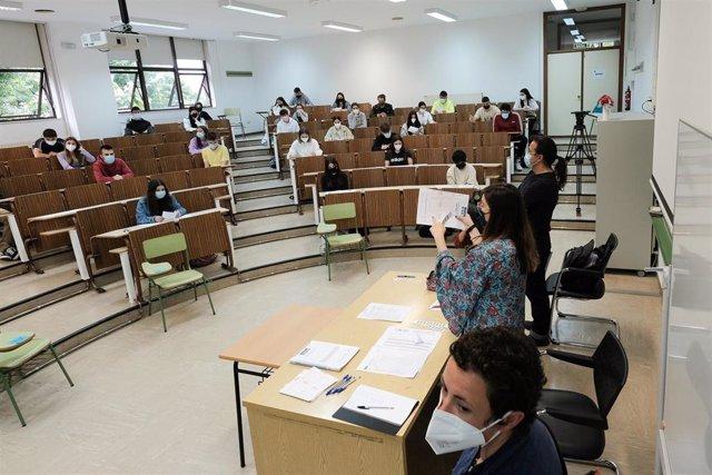 Archivo - Una examinadora, muestra uno de los exámenes de selectividad, antes de dar comienzo la prueba en un aula de la Facultad de Psicología de la Universidad de Santiago de Compostela.