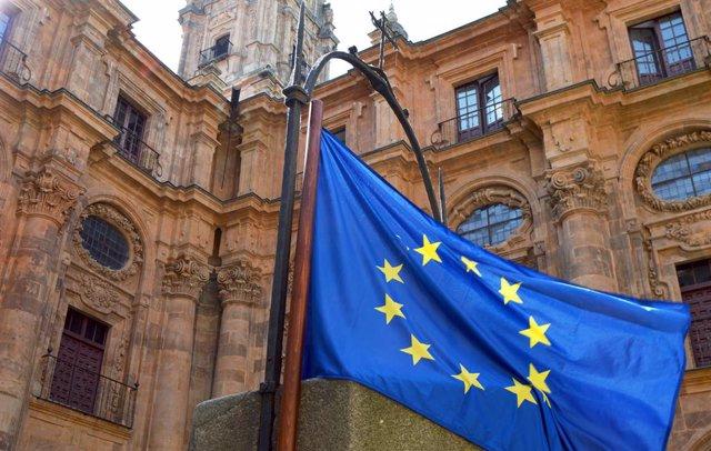 Archivo - Bandera de la UE en la UPSA.