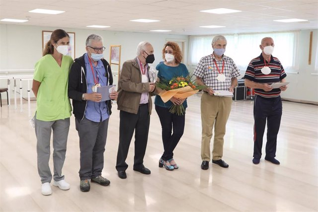 Trabajadoras de la residencia El Vergel con los usuarios que han participado en la iniciativa y Silvia Garisoain, autora del cuadernillo con ilustraciones