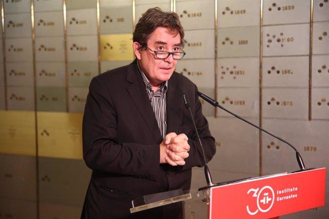 """El director del Instituto Cervantes, Luis García Montero, interviene en la entrega del legado """"in memoriam"""" de su abuelo en la Caja de las Letras, a 17 de junio de 2021, en Madrid (España). El legado """"in memoriam"""" del escritor Miguel de Unamuno se deposit"""