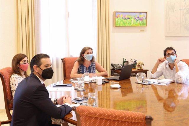 La presidenta del Govern, Francina Armengol, en la reunión telemática con el presidente del operador turístico italiano Gruppo Alpitour, Gabriele Burgio.