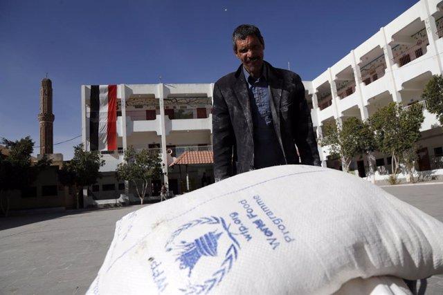Archivo - Entrega de ayuda del Programa Mundial de Alimentos en Saná, Yemen