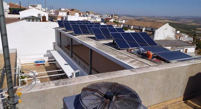 Archivo - Una instalación de placas solares.