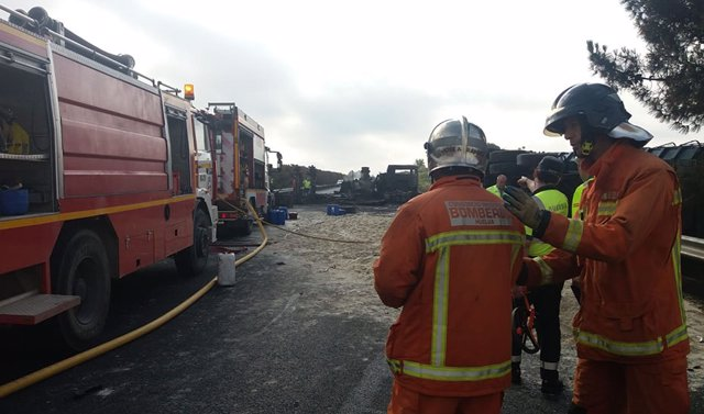 Archivo - Sevilla.- Sucesos.- Muere un camionero de 61 años al volcar su vehículo por un desnivel en El Madroño