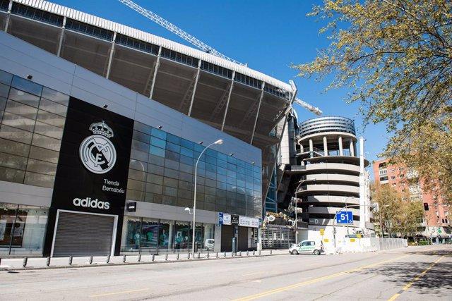 Archivo - Fachada del Estadio Santiago Bernabéu, que funcionará como centro de aprovisionamiento y distribución de productos sanitarios dirigidos a la lucha contra la pandemia del COVID-19, en Madrid (España) a 28 de marzo de 2020.
