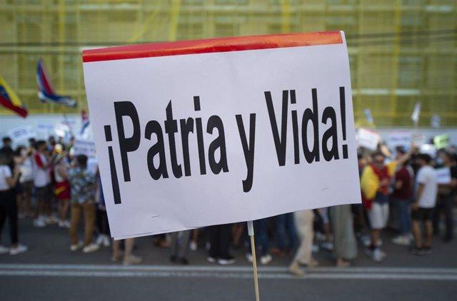 Decenas de personas durante una concentración promovida por Vox, en apoyo a las protestas en Cuba, ante la embajada de Cuba en España, a 12 de julio de 2021, en Madrid (España). La convocatoria de la protesta ha sido difundida durante el día de hoy por el