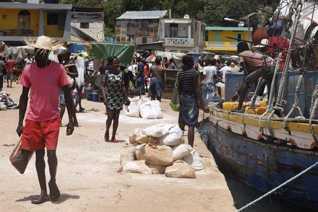 Archivo - Personas en un puerto de Haití