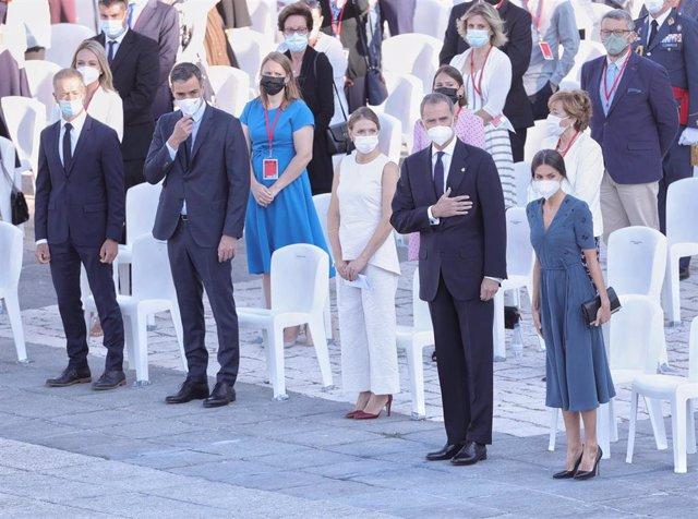 (I-D) El presidente del Senado, Ander Gil; el presidente del Gobierno, Pedro Sánchez y los Reyes, Felipe VI y Letizia, durante el acto de homenaje de Estado a las víctimas de la enfermedad por coronavirus y de reconocimiento al personal sanitario, en la p