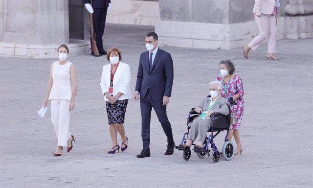 La hija de Joaquín Díaz Domínguez, jefe del Servicio de Cirugía del Hospital La Paz de Madrid, María Díaz Diñeiro; el presidente del Gobierno, Pedro Sánchez y la primera mujer en vacunarse contra el Covid-19 en España, Araceli
