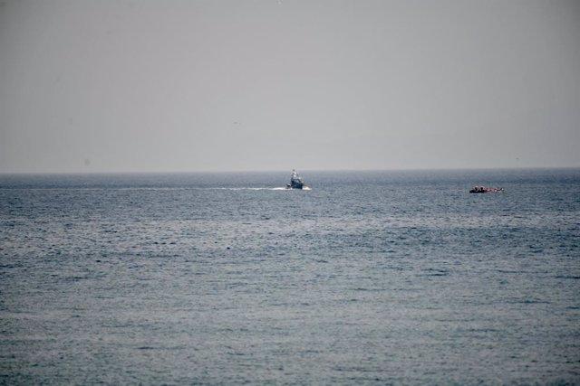 Archivo - Llegada de la lancha de las fuerzas de seguridad marroquíes a la zona del espigón cercano a la frontera con Ceuta, apoyada por una lancha que ha abortado el intento de llegada de los diez migrantes marroquíes a la playa del Tarajal, a 31 de mayo