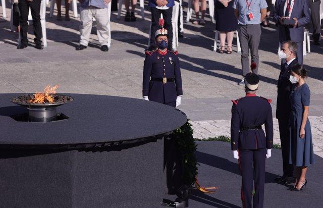 Los Reyes, Felipe VI y Letizia, en la llama en homenaje a las víctimas del coronavirus, durante el acto de homenaje de Estado