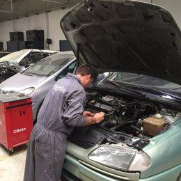 Archivo - Imagen de un taller de coches