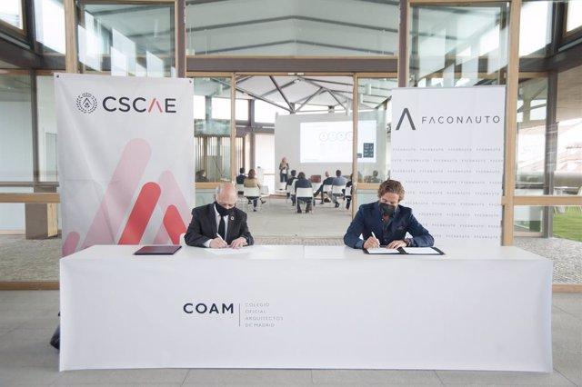 Archivo - Lluís Comerón y Gerardo Pérez en la firma del acuerdo.
