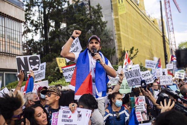 Varias personas se concentran ante la Embajada de Cuba en Madrid en contra del régimen comunista del Gobierno cubano, a 13 de julio de 2021, en Madrid (España). Convocada por la Alianza Iberoamericana Europea contra el comunismo con el lema  'por la libe
