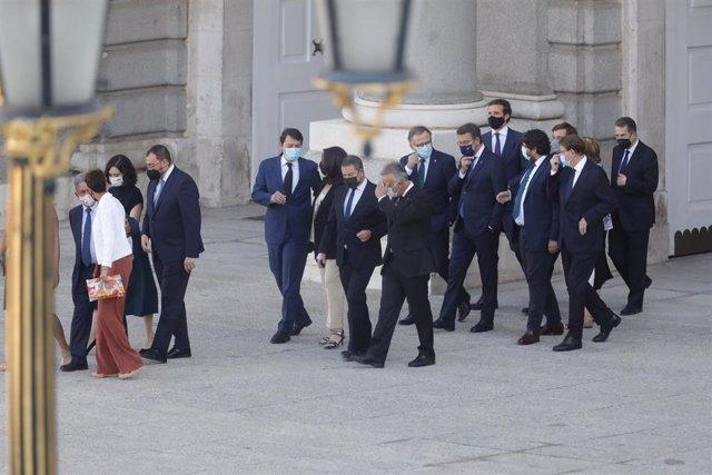 (I-D) En la primera fila, la presidenta de la Comunidad de Madrid, Isabel Díaz Ayuso; el presidente de Asturias, Adrián Barbón; la presidenta de las Islas Baleares, Francina Armengol; el presidente de Cantabria, Miguel Ángel Revilla y La presidenta de Nav