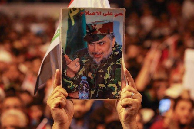 Archivo - Imagen del clerígo chií iraquí Muqtada al Sadr