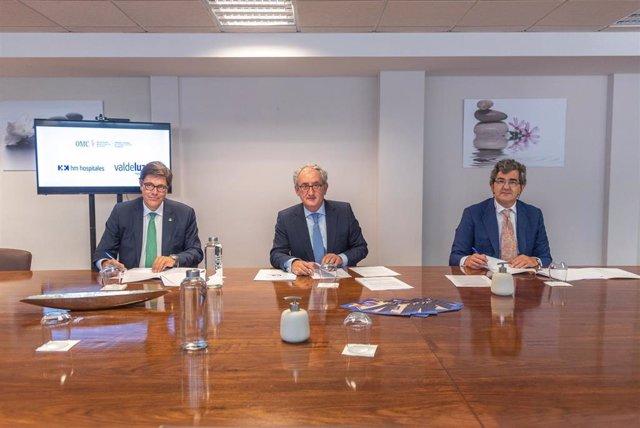 De izquierda a derecha: Jaime González Rodríguez, consejero delegado de Valdeluz Mayores; Tomás Cobo Castro, presidente del Consejo General de Colegios Oficiales Médicos de España; y Juan Abarca Cidón, presidente de HM Hospitales