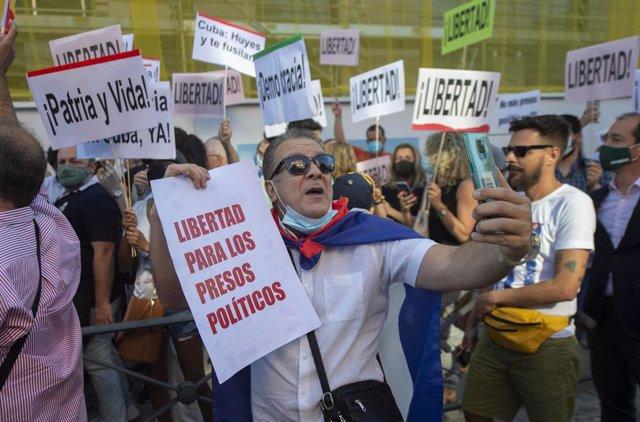 Decenas de personas protestan contra el Gobierno cubano.