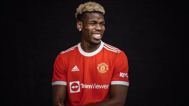 Paul Pogba posa con la camiseta del Manchester United para la temporada 2021-22.