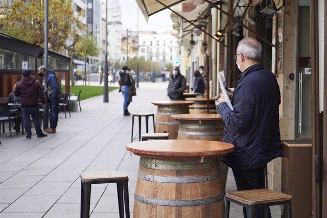 Archivo - Un hombre en la terraza de un bar en Pamplona.