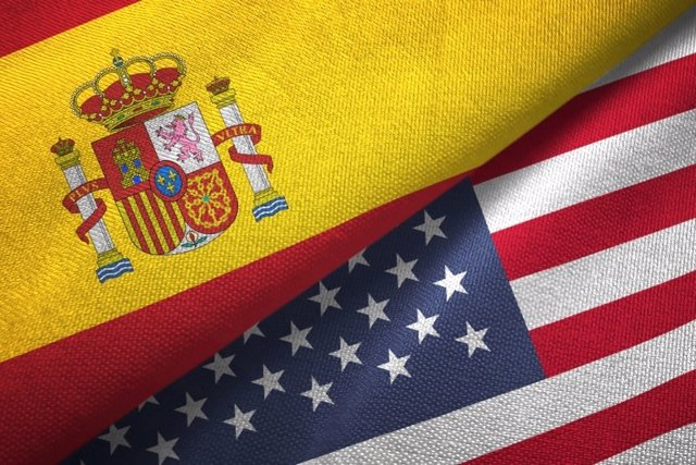 Banderas de España y Estados Unidos.