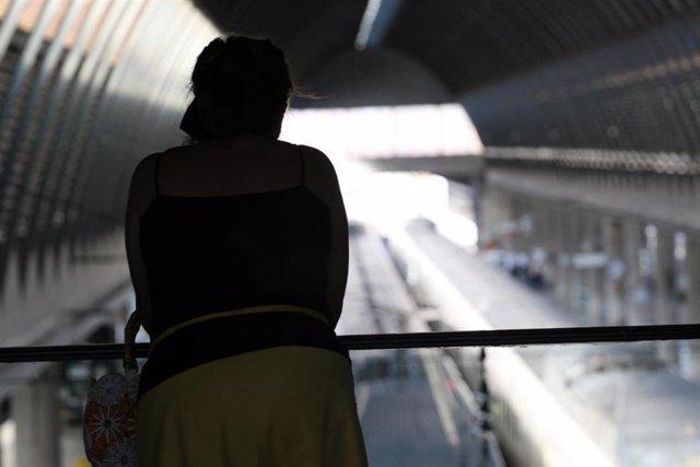 Archivo - Interior de una estación de trenes, foto de recurso