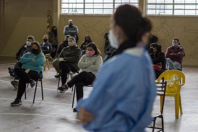 Archivo - Vacunación contra la COVID-19 en Firmat, Argentina.
