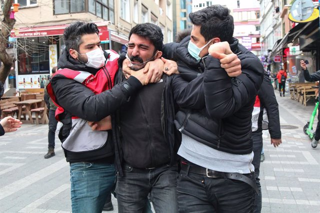 Archivo - 01 April 2021, Turkey, Istanbul: A protester being brutally arrested by police, during a demonstration in support of Bogazici University students. Photo: Hakan Akgun/SOPA Images via ZUMA Wire/dpa