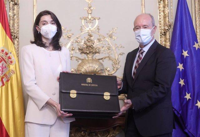 La nueva ministra de Justicia, Pilar Llop, recibe la cartera ministerial de manos de su predecesor, Juan Carlos Campo