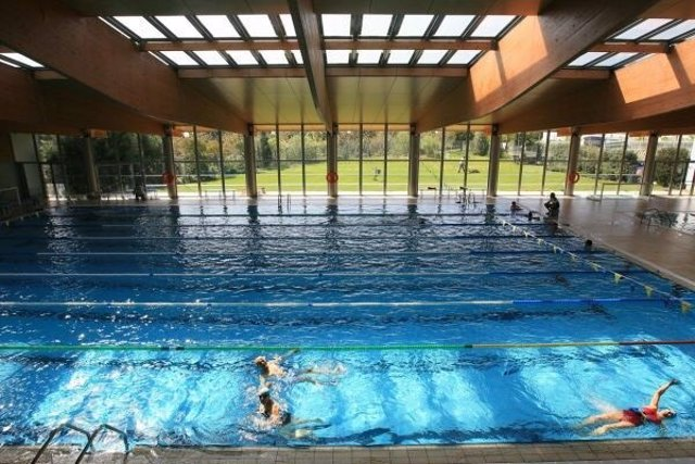 Archivo - Imagen de la piscina del centro deportivo Gabriel Parellada, en la localidad de Tres Cantos.