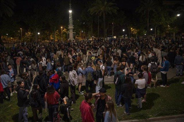 Archivo - Jóvenes reunidos en Barcelona durante la primera noche sin estado de alarma