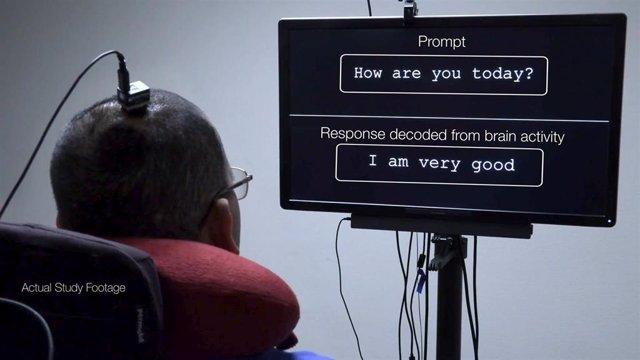 Sistema de 'neuroprótesis de habla' de la Universidad de California en San Francisco, que transcribe palabras y frases completas de señales cerebrales en personas con parálisis.