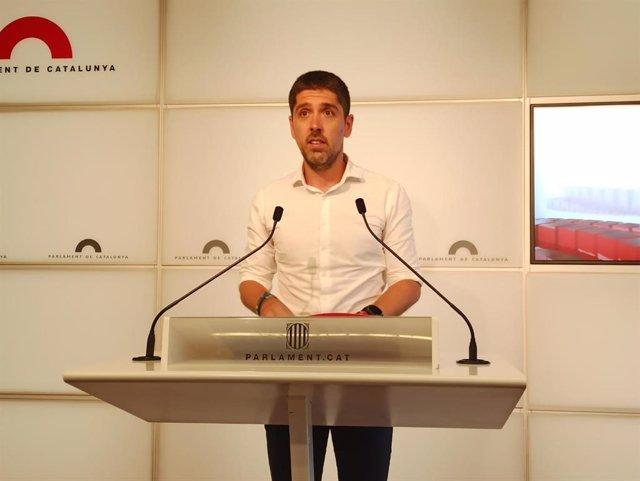 David Cid (comuns) en rueda de prensa en el Parlament.