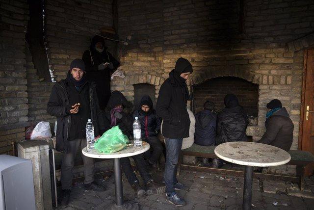 Archivo - Un grupo de migrantes en Hungría.